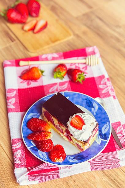 frucht kuchen und erdbeeren zum dessert - kochen mit oliver stock-fotos und bilder