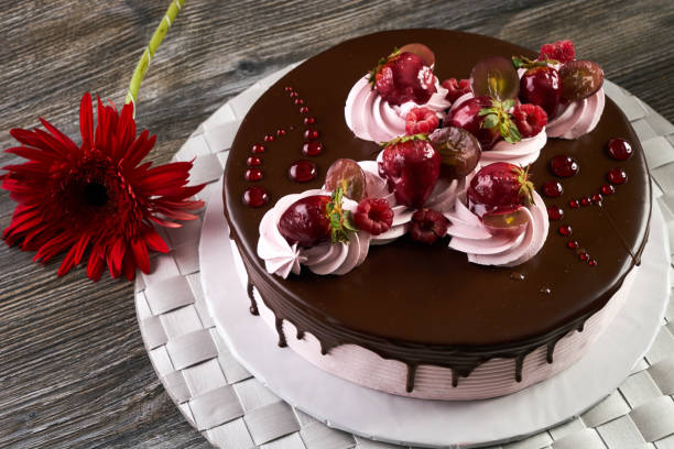obstkuchen mit gemischten früchten - himbeerzuckerguss stock-fotos und bilder