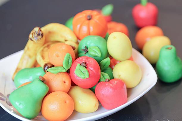 obst und süßigkeiten, die von mandel- einfügen oder marzipan obst - apfel marzipan kuchen stock-fotos und bilder