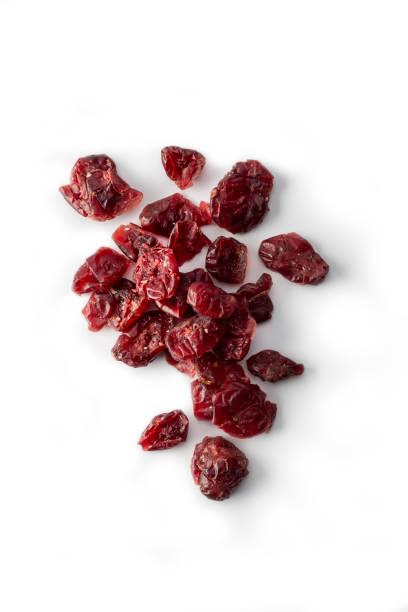 fruit: close up van gedroogde cranberry vruchten op witte - gedroogd voedsel stockfoto's en -beelden