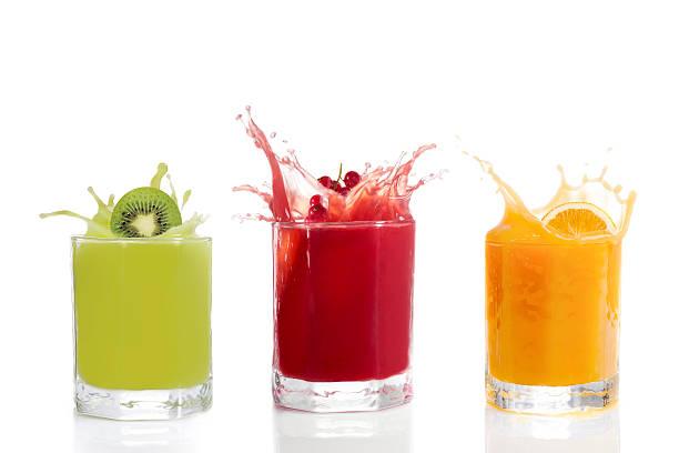 des jus de fruits dans des verres, kiwi, de groseilles, orange - jus de fruit photos et images de collection