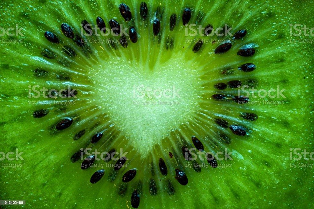 Obst Kiwi hautnah mit Herz Hintergrund – Foto