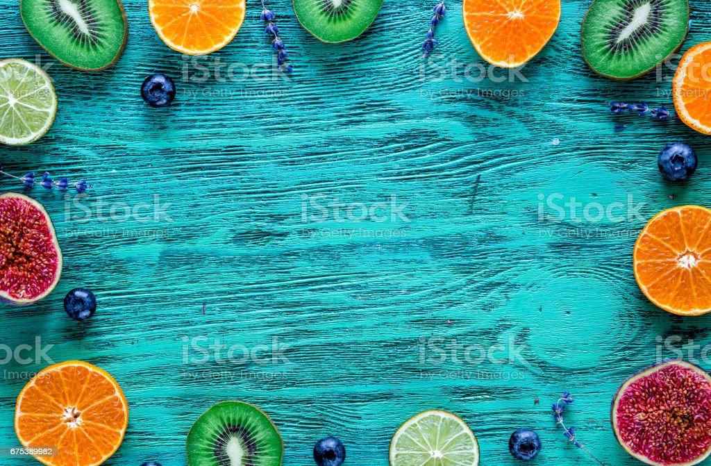 Maquette de fruits avec la lavande et de bleuets sur la vue de dessus de fond bleu bureau photo libre de droits