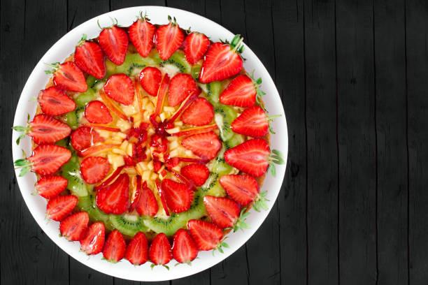 obst-kuchen - crostata stock-fotos und bilder