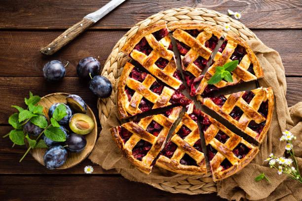 Obstkuchen. Süße Kuchen, Torte mit frischen Pflaumen. Leckeren Kuchen mit Pflaumen – Foto