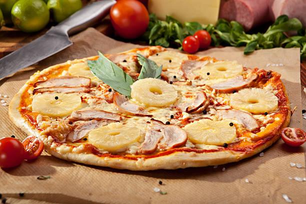 obst-pizza - ananas huhn salate stock-fotos und bilder