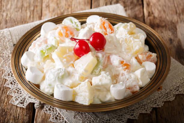 obstsalat aus ananas, orangen, weintrauben und kokos mit marshmallow und vanille-joghurt-nahaufnahme. horizontale - grape sugar stock-fotos und bilder