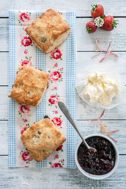 obst scones, marmelade und sahne - scones backen stock-fotos und bilder