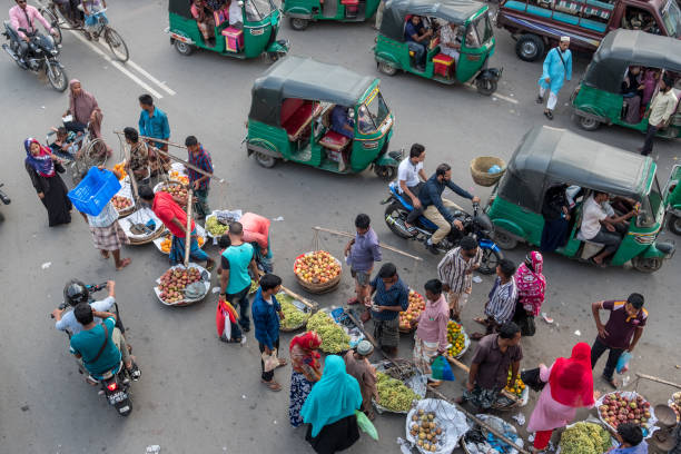 과일 판매 그리고 Sylhet의 거리에 rickshaws. 스톡 사진