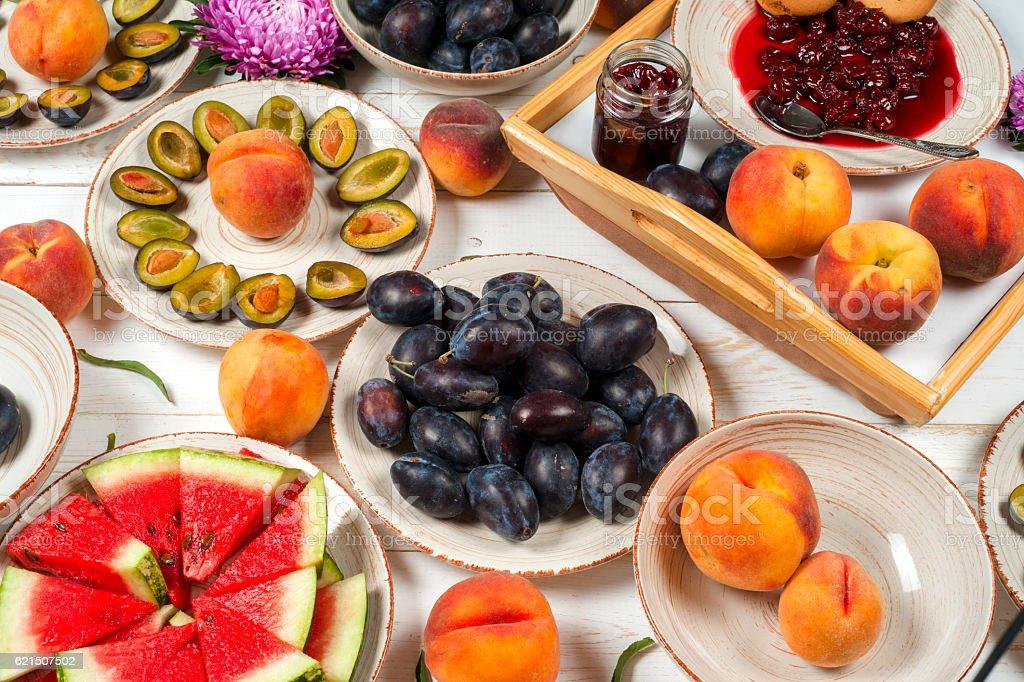 Fruits groupe de violet, rouge et orange dans le contexte des écuelles. photo libre de droits