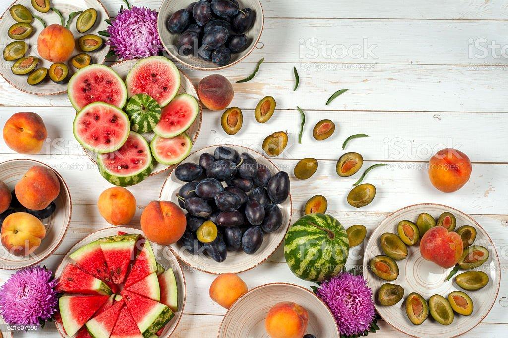 Frutta Gruppo di viola, rosso e arancio sfondo in ciotole. foto stock royalty-free