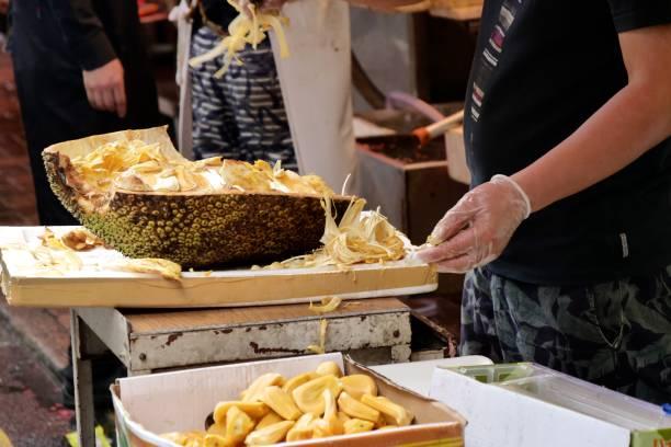 obst-shop - schneiden jackfruit - jackfrucht stock-fotos und bilder