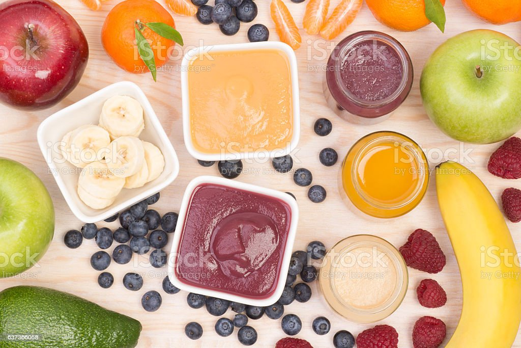 Fruit smoothies for a baby - foto de stock