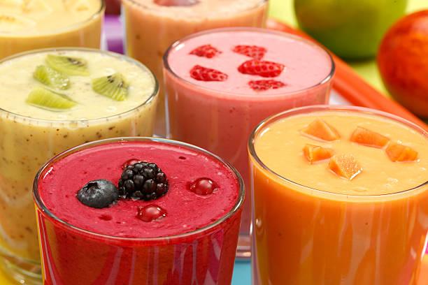 smoothies aux fruits - jus de fruit photos et images de collection
