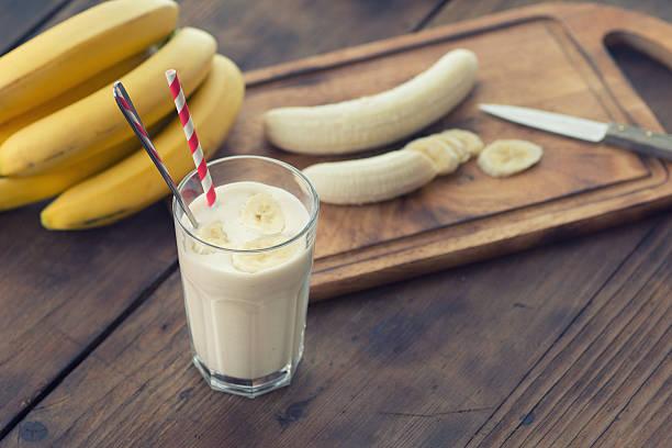 frucht-smoothies - pfirsich milchshake stock-fotos und bilder