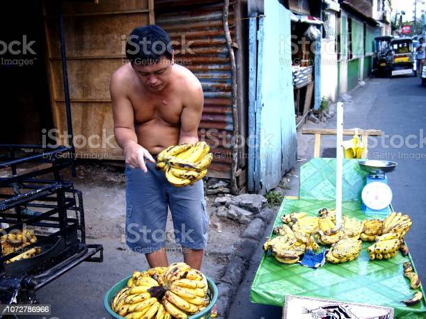 Fruit vendor prepares bananas which he sells on his fruit cart picture id1072786966?b=1&k=6&m=1072786966&s=612x612&h=ytz3vxcalmxa5zp6ltcj66emt12dfnglgfjvj3fjmi0=