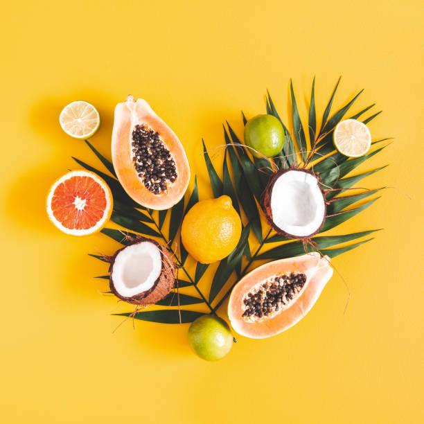 과일과 야자수 노란색 배경에 나뭇잎. 열 대 과일. 여름 개념입니다. 플랫 레이, 탑 뷰, 광장 - 열대 과일 뉴스 사진 이미지