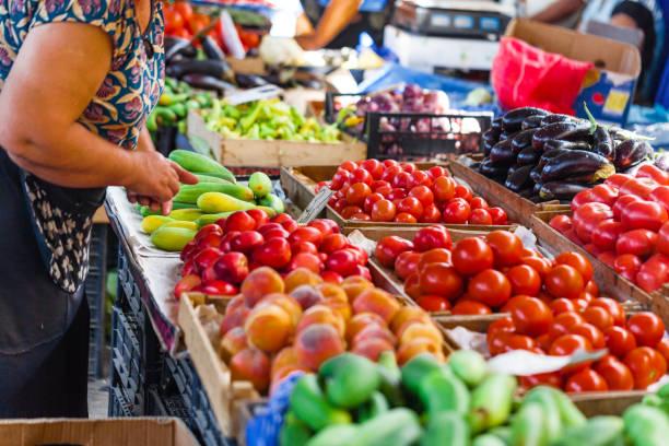 frutta e verdura in un mercato degli agricoltori - bazar mercato foto e immagini stock