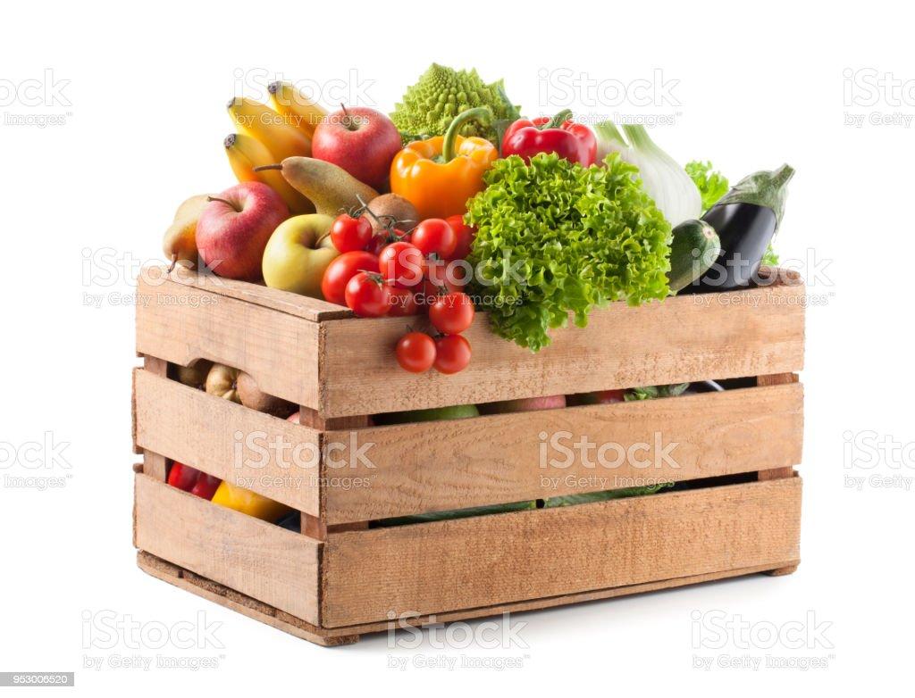 Fruits et légumes dans une caisse en bois sur fond blanc - Photo