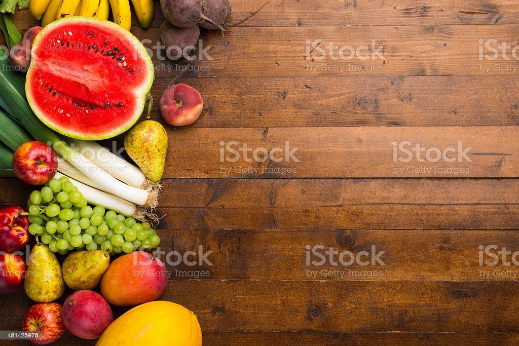 Frutas y verduras en una mesa. foto de stock libre de derechos