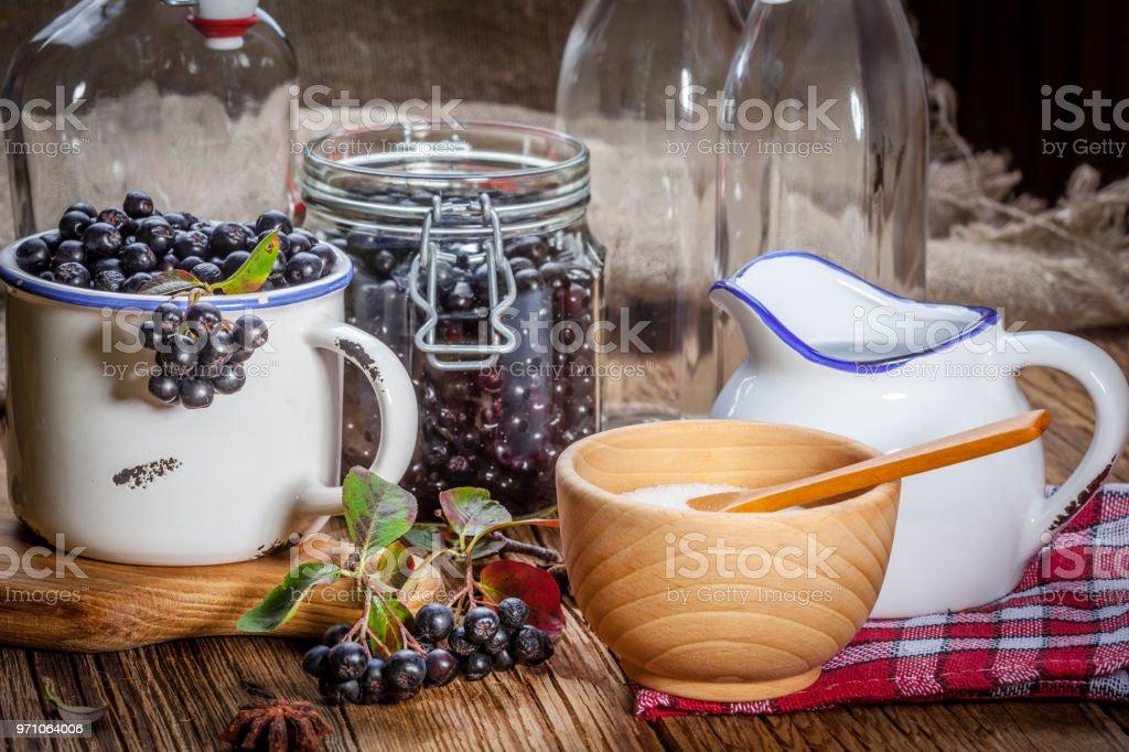 Früchte der schwarzen Apfelbeere zur Weiterverarbeitung vorbereitete. – Foto