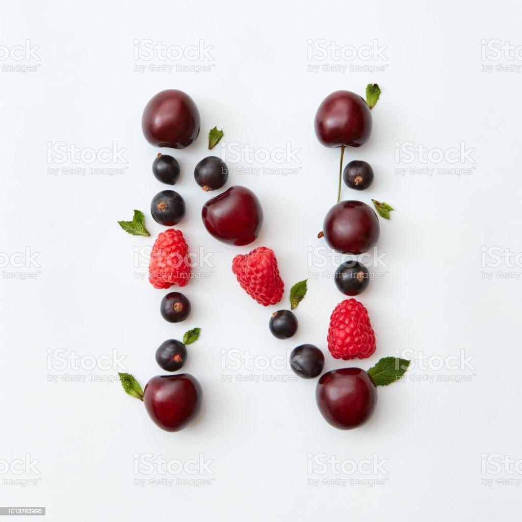 Früchte-Muster der englische Alphabet Buchstaben N aus natürlichen Reife Beeren - Johannisbeeren, Kirschen, Himbeeren, Minze Blatt isoliert auf einem weißen Hintergrund. – Foto