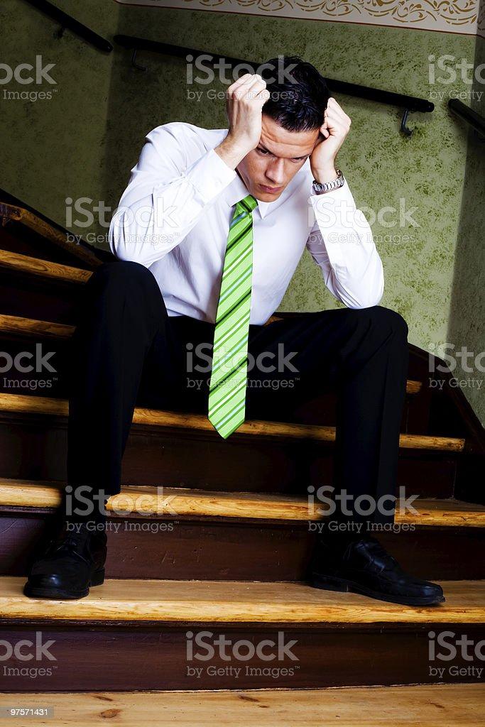 Frustré Homme d'affaires sur l'escalier photo libre de droits