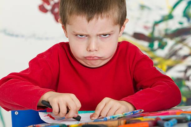 frustriert kleine junge in class - naive malerei stock-fotos und bilder