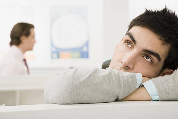frustrated man in office cubicle - traum team stock-fotos und bilder