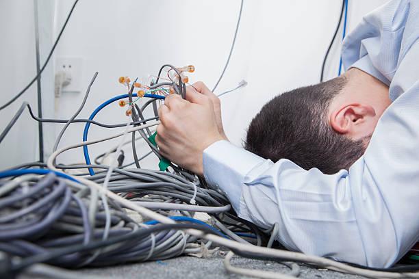 frustré homme essayant de savoir ordinateur câbles - câble d'ordinateur photos et images de collection