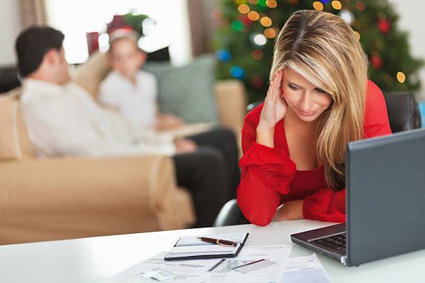 frustrato madre a pagare le bollette durante le festività - holiday and invoice family foto e immagini stock