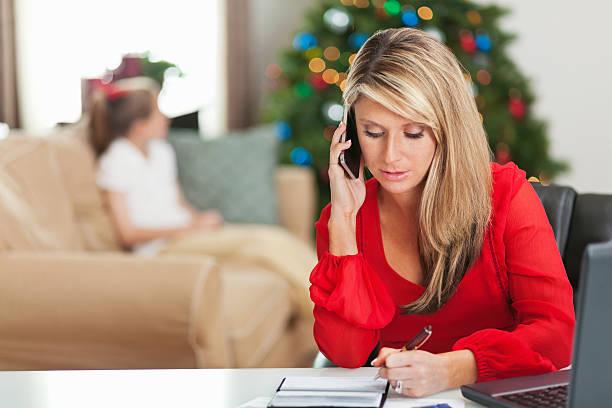 frustrato madre a pagare le bollette, preoccupato per le finanze di natale - holiday and invoice family foto e immagini stock