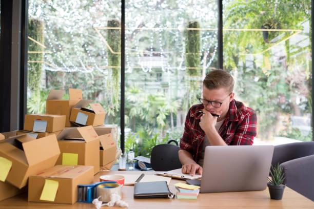 frustriert Start Kleinunternehmer arbeiten am Arbeitsplatz. betonte freier Mann Verkäufer Check Produktbestellung für die Lieferung.  Online-Verkauf, e-Commerce Konzept Versand – Foto