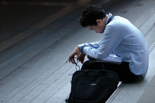 イライラ ストレス若いアジア ビジネス男ひずみを感じ、試みたまたは階段にがっかりしました。 - 男性のみ ストックフォトと画像