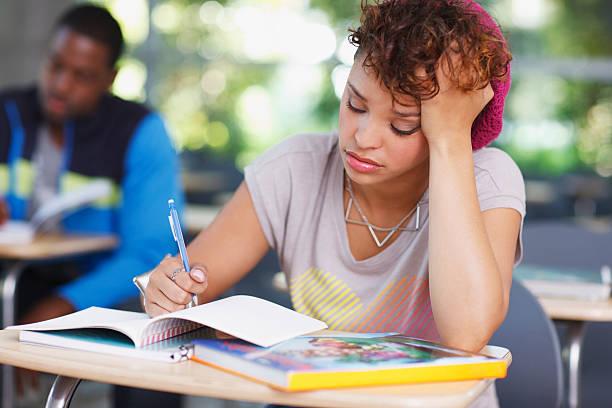 frustrato studenti al lavoro in aula - esame maturità foto e immagini stock