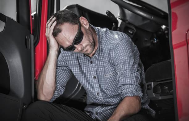 frustrado conductor de camión - conductor de autobús fotografías e imágenes de stock