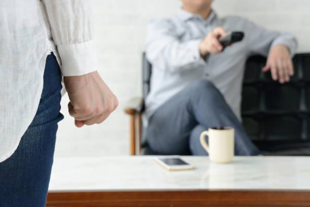 家事を手伝わない男性に欲求不満な女性 - ライフスタイル ストックフォトと画像