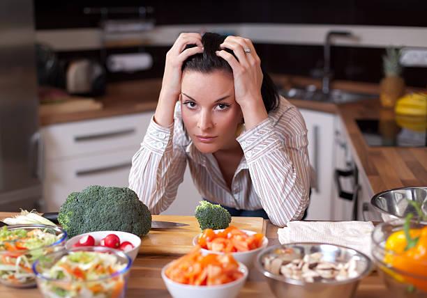 uomo anziano depresso e triste donna in cucina - slow food foto e immagini stock