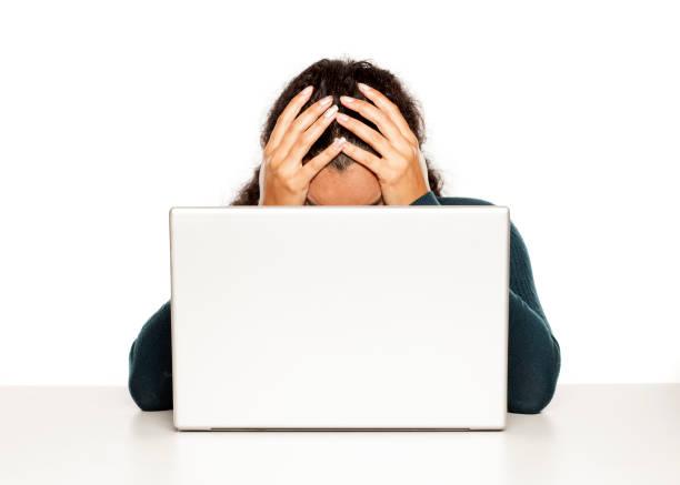 沮喪的年輕非洲婦女在她的筆記本電腦在白色背景圖像檔
