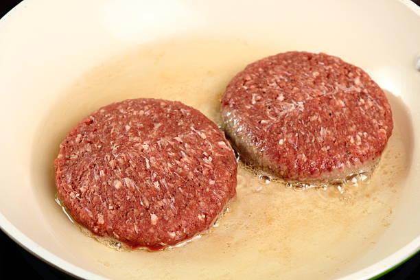 frying-burger burger - ofenfrikadellen stock-fotos und bilder
