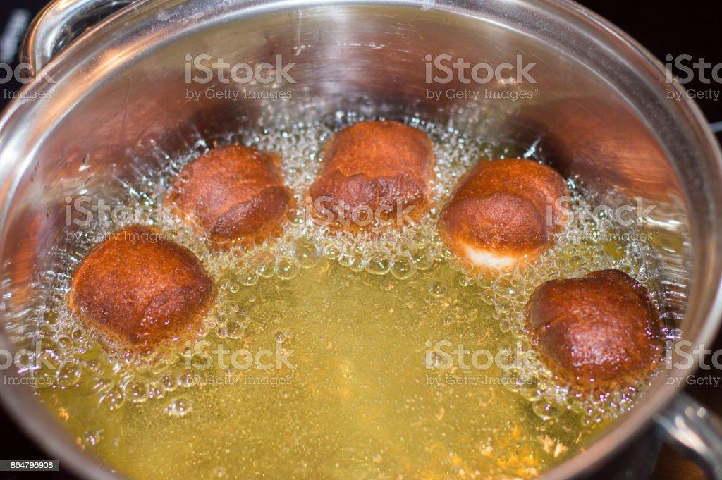 Frying mini paczki.