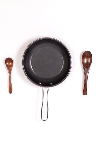 Sartén Y Una Espátula O Dos Cuchara De Madera Aislada Foto de stock y más banco de imágenes de Alimento