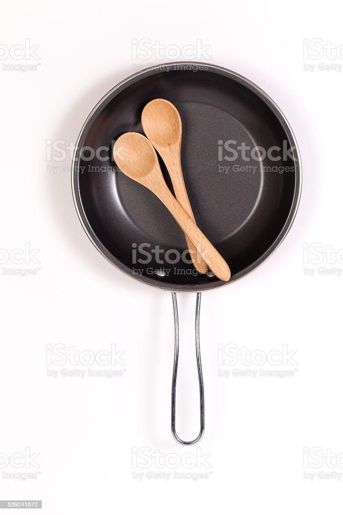 Sartén y una espátula o una cuchara de madera aislada foto de stock libre de derechos
