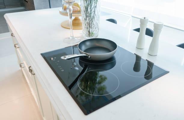 poêle à induction noire moderne, four, cuisinière, plaque de cuisson ou encastr avec dessus en céramique à l'intérieur de cuisine blanc - cuisinière photos et images de collection