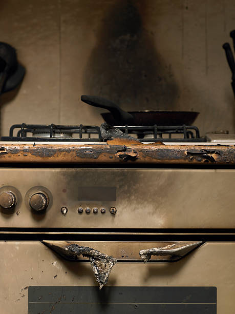 Frying pan auf Rauch bunten Herd in der Küche nach fire – Foto