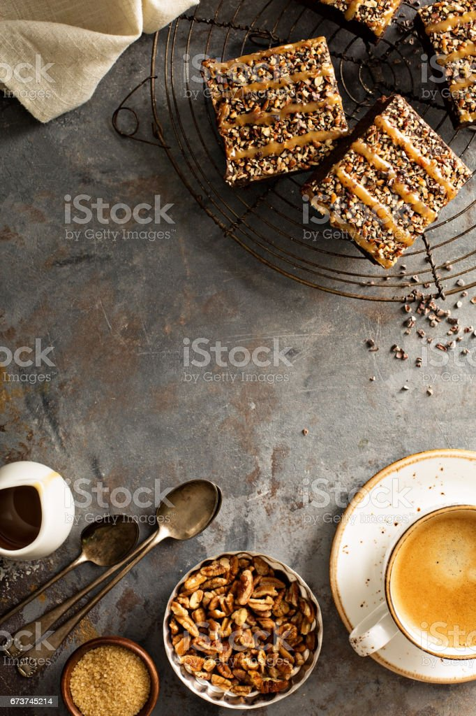Fudgy brownies with nuts and caramel photo libre de droits