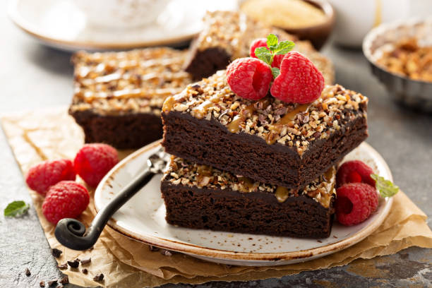 fudgy brownies mit nüssen und karamell - hausgemachte zuckerplätzchen stock-fotos und bilder