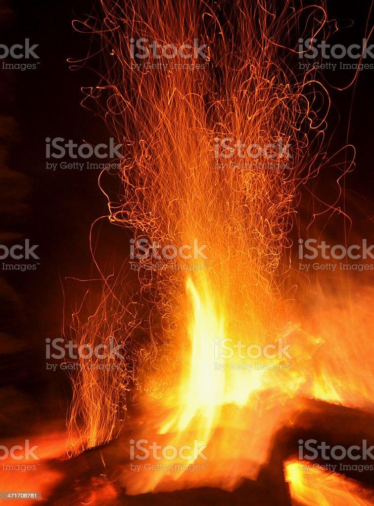 Fuego de una chimenea en movimiento provocando chispas royalty-free stock photo