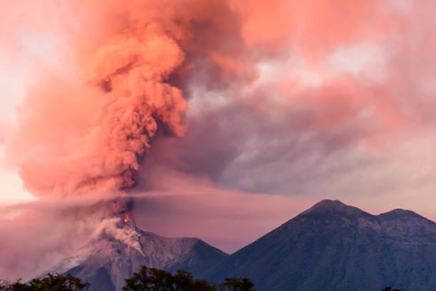 火地島火山爆發在黎明, 靠近安提瓜, 瓜地馬拉 - 爆發 個照片及圖片檔