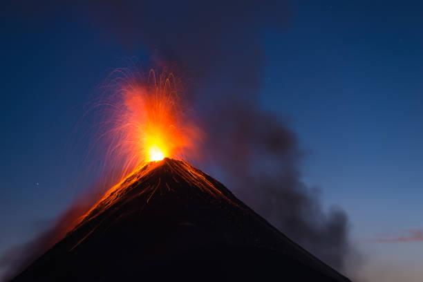 富埃戈火山爆發 - 爆發 個照片及圖片檔